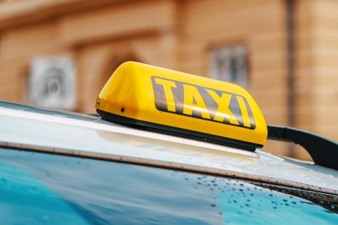 Bild: 2021-01/1611065994_yellow-taxi-sign-on-car-roof-ppdl3d7.jpg